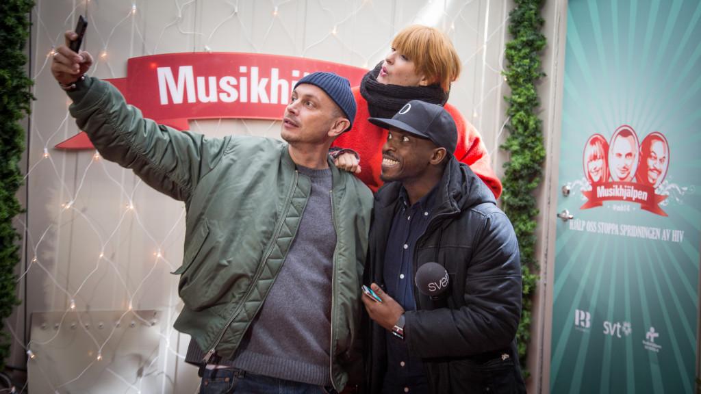 Musikhjälpen 2014 Petter Alexis Askergren, Kodjo Akolor och Linnea Henriksson innan inlåsningen i buren. Foto: Micke Grönberg/Sveriges Radio
