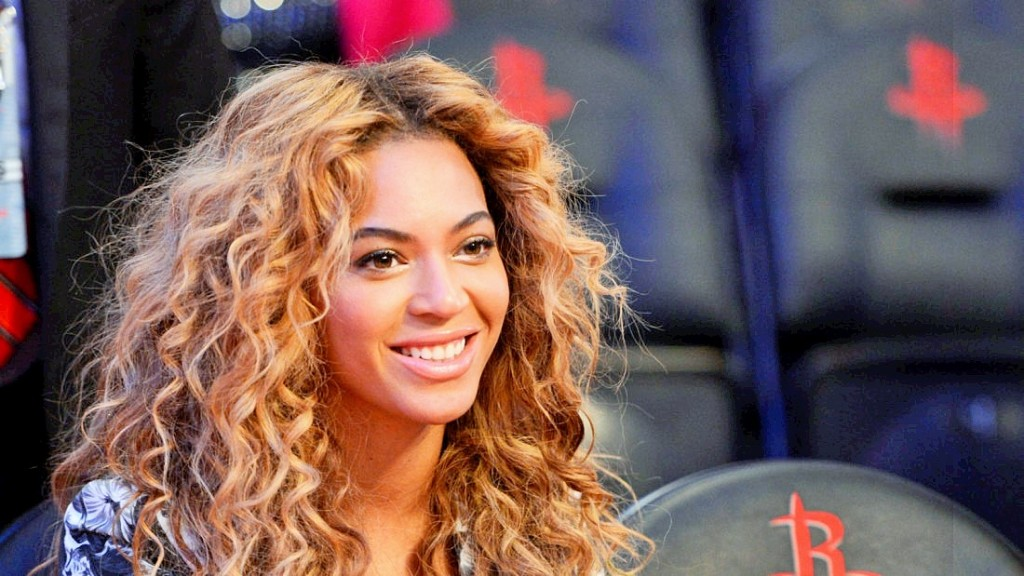epa03589055 American singer Beyonce Giselle Knowles-Carter, aka Beyonce, sits courtside before the start of the 62nd NBA All-Star game at the Toyota Center in Houston, Texas, USA, 17 February 2013.  EPA/ERIK LESSER